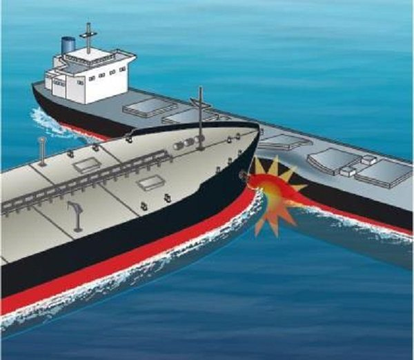 Американский ракетный эсминец 'Джон Маккейн' столкнулся с торговым судном, пропали 10 моряков